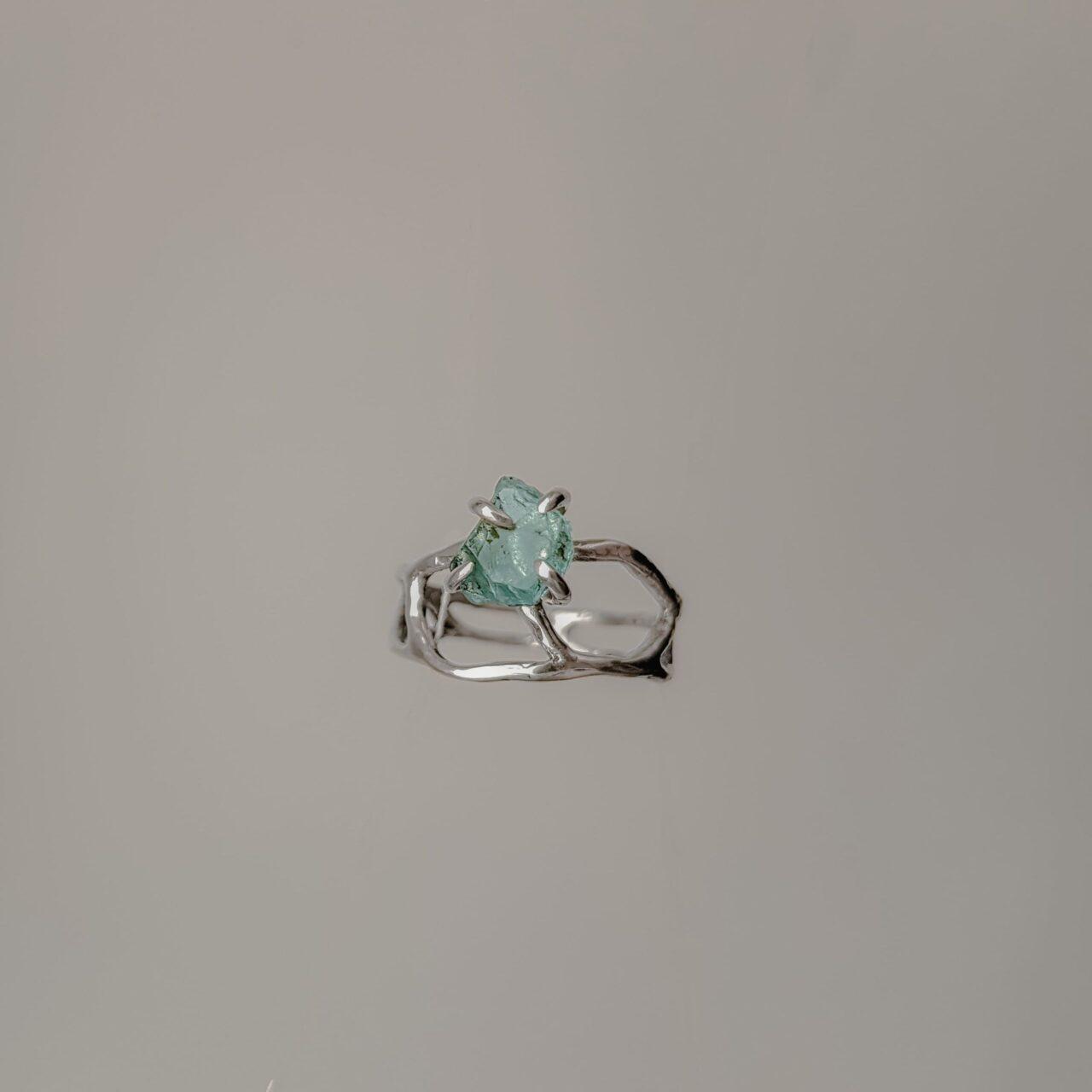 Ажурное кольцо с необработанным камнем, серебро