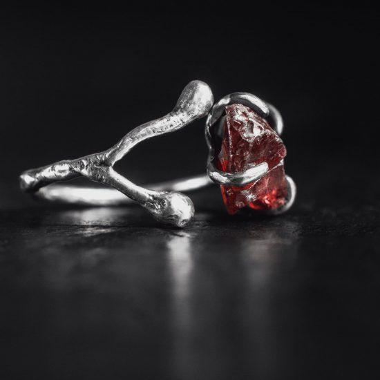 Кольцо безразмерное с необработанным камнем, серебро