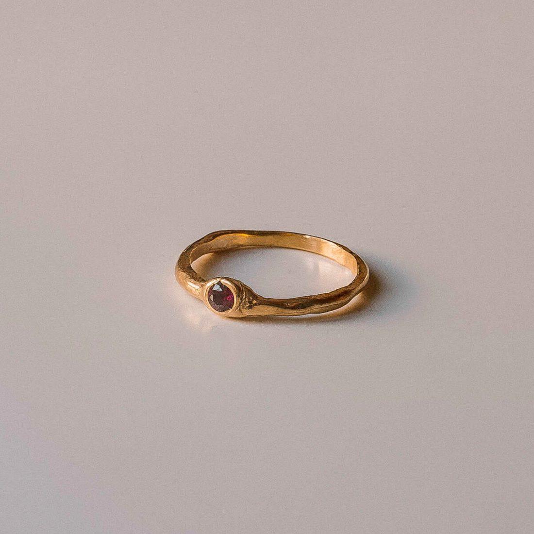 Тонкое кольцо с позолотой