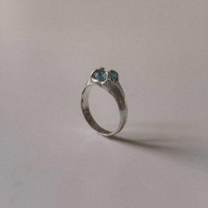 Перстень с необработанным камнем
