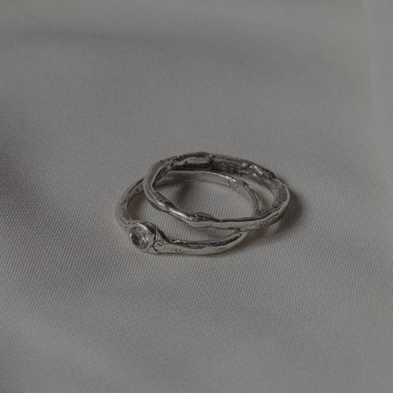 Тонкие обручальные кольца с камнем