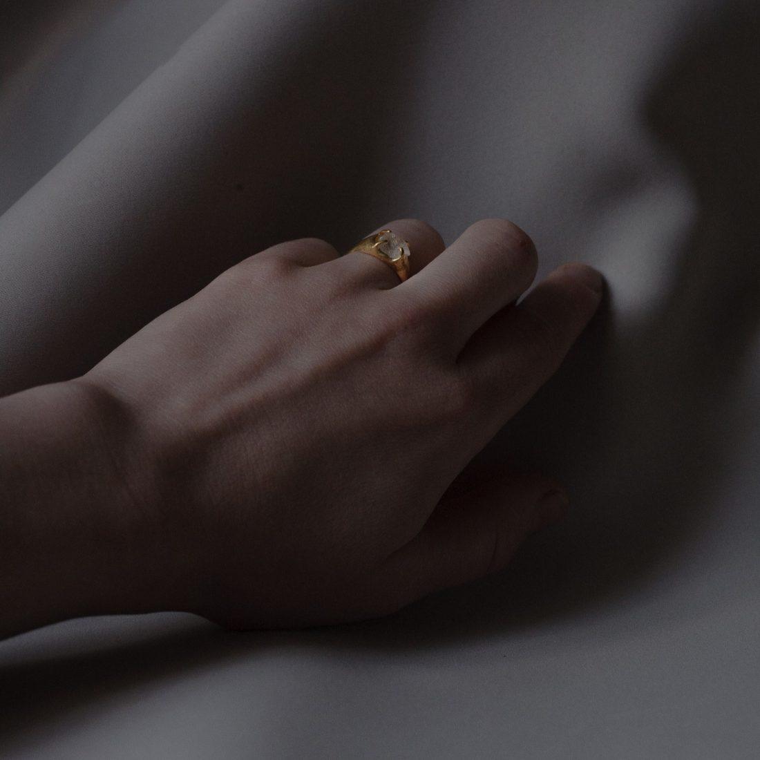Позолоченный перстень с необработанным камнем