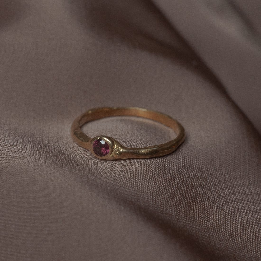 Тонкое золотое кольцо с камнем